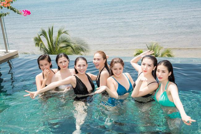 Lê Hà diện bikini nóng bỏng, đọ dáng bên Kim Chi