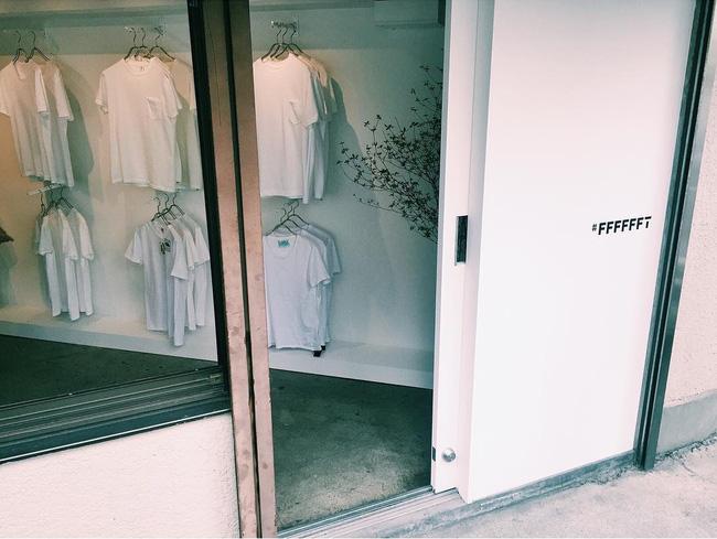 """Cửa hàng chỉ bán áo phông trắng, còn """"chảnh"""" tới mức chỉ mở cửa duy nhất thứ 7 nhưng luôn nườm nượp khách đến mua"""
