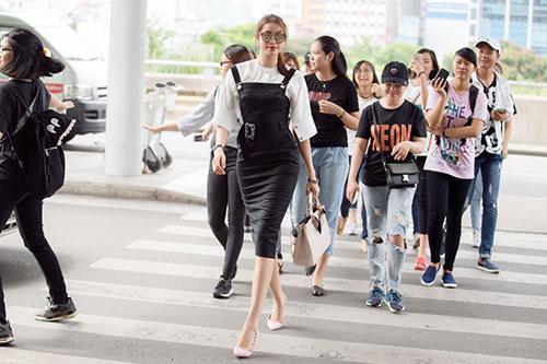 Hoa hậu Phạm Hương trẻ trung như nữ sinh ở sân bay, khiến bao ánh mắt ngẩn ngơ