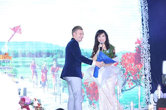 Ca sĩ Kavie Trần đẹp như thiên thần khoe giọng hát ngọt ngào sự họp báo ra mắt phim