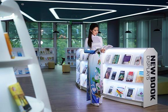 NTK Việt Hùng vẽ trường Đại học Tôn Đức Thắng lên tà áo dài