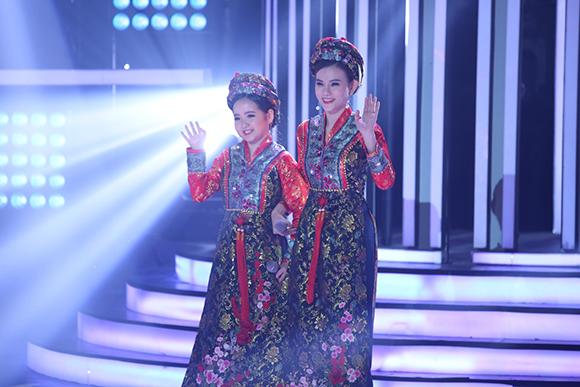 Bích Ngọc được mẹ là ca sĩ Trang Nhung vào tận hậu trường chỉnh sửa trang phục