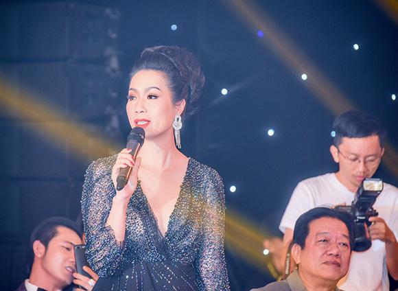 Trịnh Kim Chi khoe vẻ sang trọng và gợi cảm trong vai trò giám khảo tại cuộc thi Quý ông Lịch lãm 2017