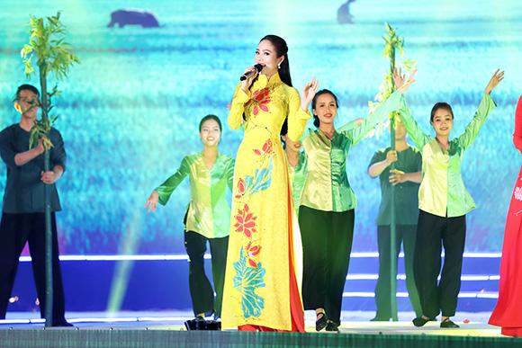 Dương Kim Ánh khoe giọng hát ngọt ngào trong sự kiện tại Đồng Tháp