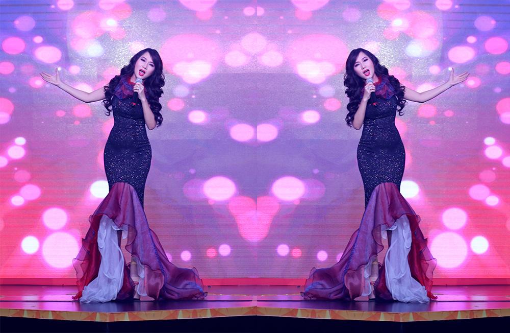 Ca sĩ Kavie Trần diện đầm cực sang, khoe vóc dáng nuột nà thu hút khách mời bằng giọng hát ngọt lịm