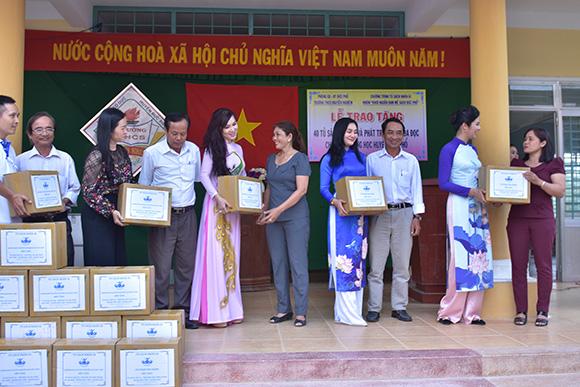 Ca sĩ Kavie Trần và hoa hậu Việt Nam Ngọc Hân dịu dàng trong tà áo dài giao lưu với thầy cô và học sinh tại huyện Đức Phổ