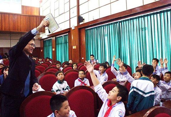 Nhóm Tủ sách nhân ái cõng sách về Yên Thành