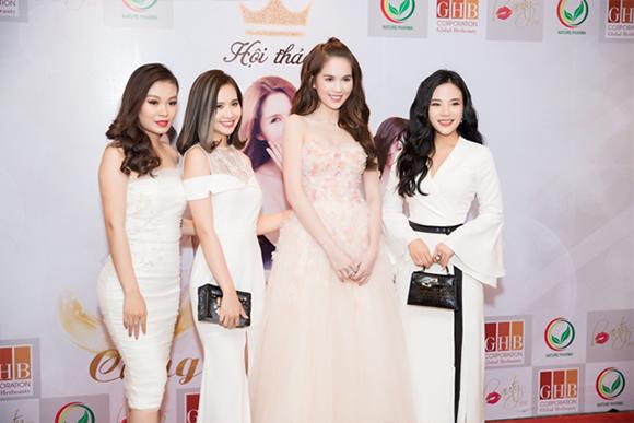 Ngọc Trinh hội ngộ fashionista Stella Chang tại hội thảo trắng da