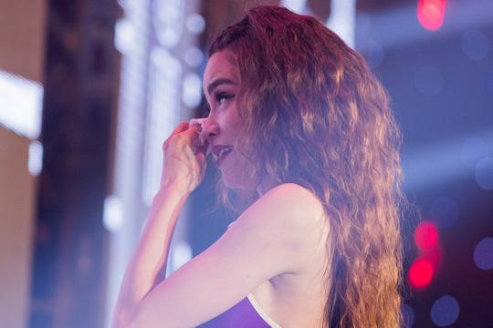 Hồ Ngọc Hà bật khóc trước hàng ngàn khán giả