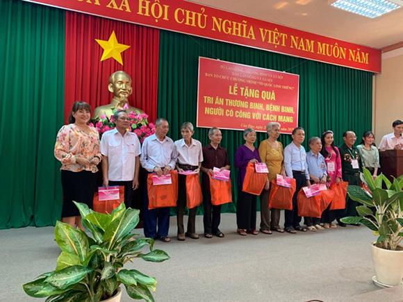 CEO Hồ Thanh Hương cùng Tổng biên tập báo Lao động và xã hội về Huyện Côn đảo tặng quà cho người dân