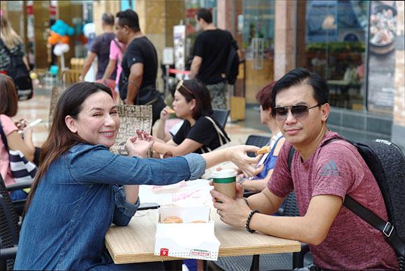 Phi Nhung trong vòng tay fan Việt tại Singapore