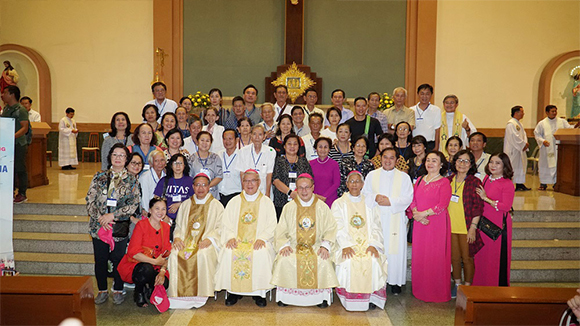 Hoa hậu Khánh Ngân cùng đoàn Việt Nam sang Thái Lan đón mừng Đức Giáo Hoàng