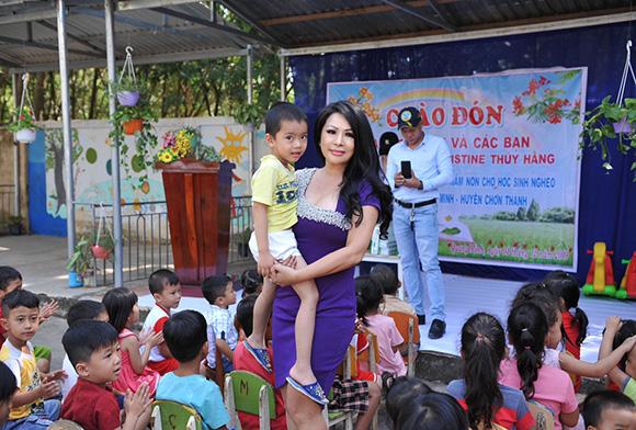 Hoa hậu Christine Thúy Hằng được học sinh nghèo Bình Phức bủa vây