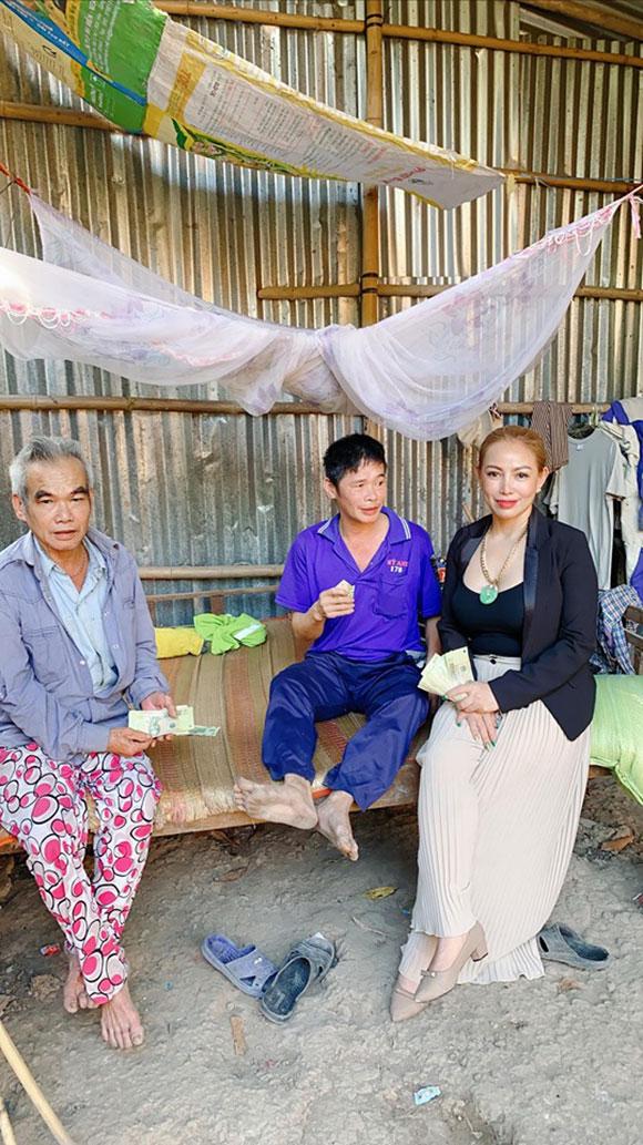 Hoa hậu doanh nhân quyền năng thế giới tận tay mang rau mướp tặng bà con nghèo huyện Kế Sách